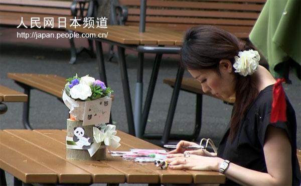 日本女孩自制花篮纪念死亡的熊猫宝宝