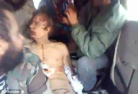 视频中的尸体酷似卡扎菲,赤裸上身,浑身是血。