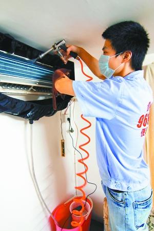 将空调内机外壳拆开,先是用消毒水对风轮,散热片,出风口,过滤网,外壳