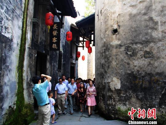 参观洪江古商城。