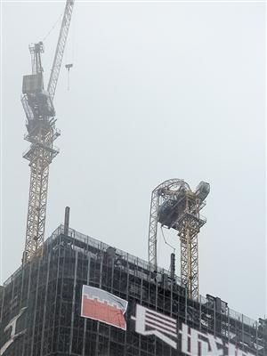 61层在建高楼塔吊被吹弯