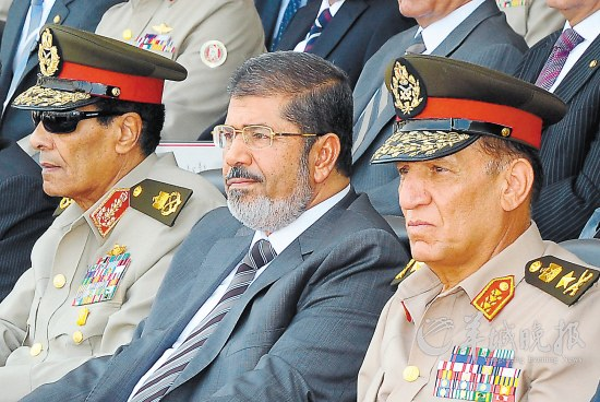 """7月9日坦塔维(左)、穆尔西(中)和阿南在开罗参加一所军校毕业典礼时的情景src=""""http://y0.ifengimg.com/news_spider/dci_2012/08/023dc9c4f94046bdaccd99695c092461.jpg"""""""