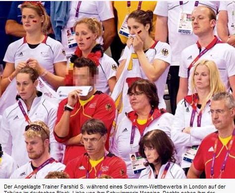 在伦敦奥运会的一场游泳比赛中,法希德(脸部被打马赛克者)出现在看台上(网页截图)