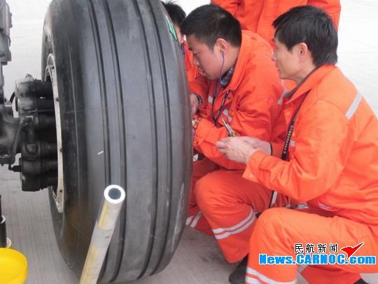 图1:机务人员为飞机更换机轮 民航资源网2012年8月17日消息:8月16日凌晨2点40分,常州机场机坪12号廊桥机位,中国东方航空江苏有限公司(China Eastern Airlines Jiangsu Ltd.,简称东航江苏公司)A320飞机,MU2960桂林常州航班正常落地进港。常州机场机务人员完成航后例行检查及维修后,对飞机飞行记录本正式签署放行。此举标志着东航江苏公司A320飞机在常州机场维修工程部的运行保障下安全运行3个月。 5月15日起,在机场相关部门的支持配合下,机场维修工程部与