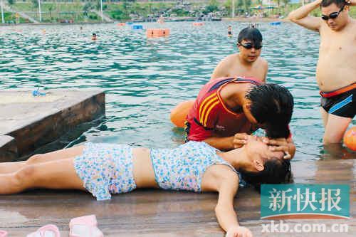 女游客做人工呼吸