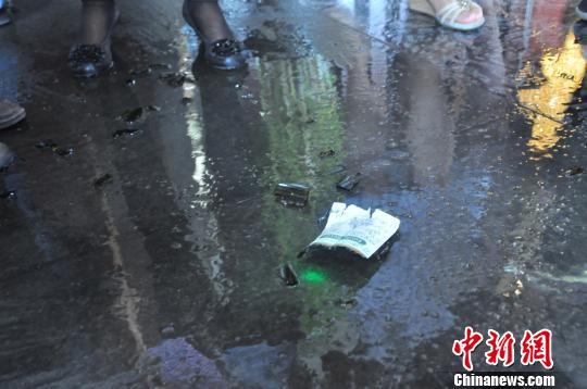 "图为被砸碎的天价红酒碎片 尹永吉 摄src=""http://y0.ifengimg.com/news_spider/dci_2012/08/92e9f2b2288f78dddbc7f78e53c93616.jpg"""
