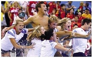 戴利获得铜牌后被抬起来扔进水池。