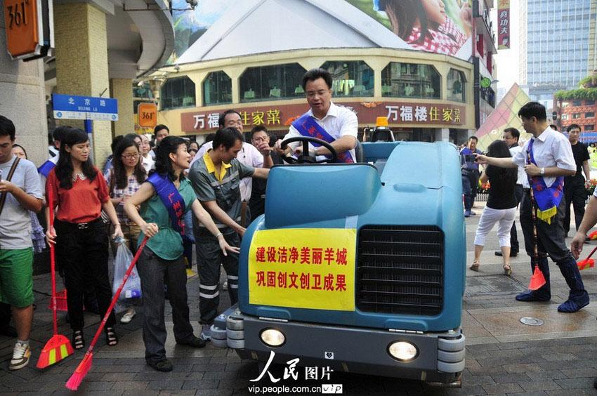 广州市委书记万庆良驾驶清洁车清洁马路。