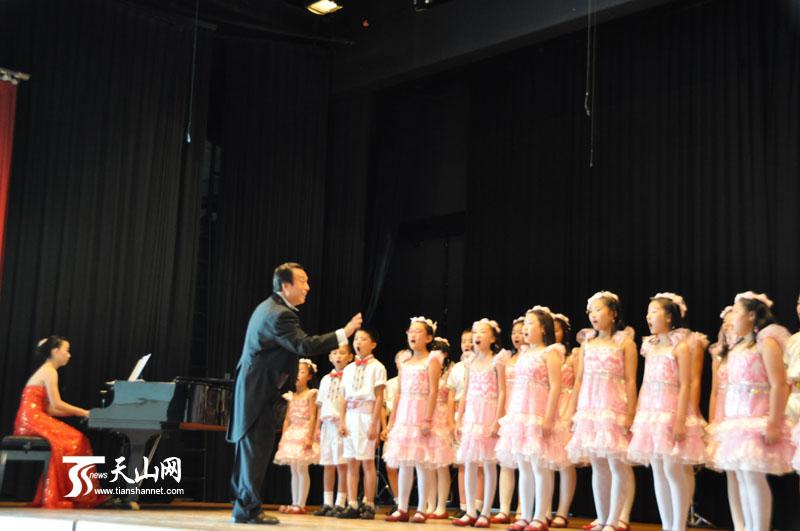 轮到新疆团上场了,孩子们激情演唱的新疆民歌《塔里木河》,中国民歌