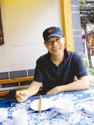 陈文,传记作家,1960年3月出生在广东省雷州半岛,18岁当兵离开故乡,现