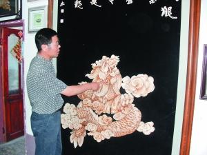 广清介绍玉米叶画龙的步骤 本报记者 温月 摄-玉米叶作画 美术老师获