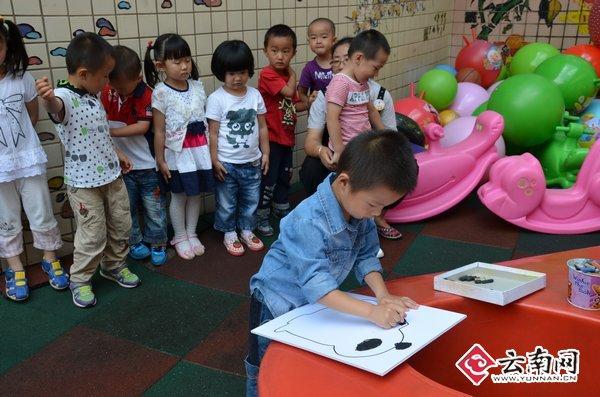 幼儿园百余小朋友画画挽留熊猫(组图)