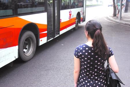 """非非细语""""看着公交车又想起了那个在公交车上浪漫邂逅的男生 记者 高清图片"""