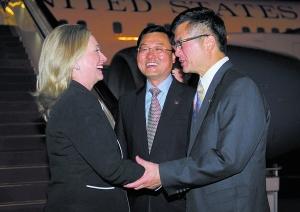 昨晚,希拉里(左)抵达北京。美国驻华大使骆家辉(右)前往接机。希拉里此次访华是她今年内的第二次访华,也很有可能是她国务卿任内的最后一次。今天,希拉里将与中国领导人会晤。