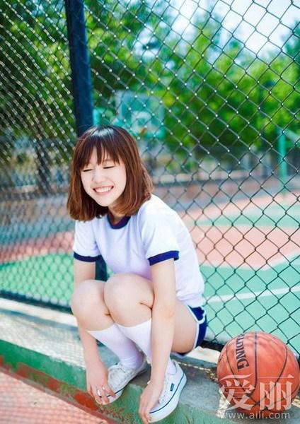 球场上打篮球的性感宝贝
