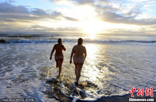 美国海滩200人集体裸泳 欲破世界纪录