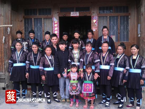 志愿者与侗族老乡合影留念
