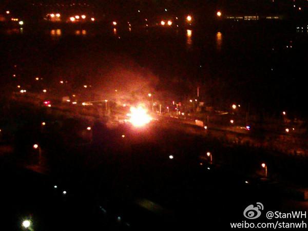 军工路凌晨发生两车追尾 34个乙炔钢瓶坠地燃