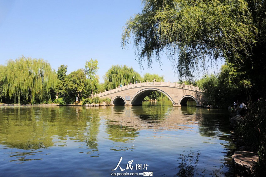 2012年9月4日,山东济南大明湖新建南北历山街公园八大景区金秋景色