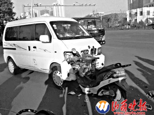 电动车车头卡入了面包车车底
