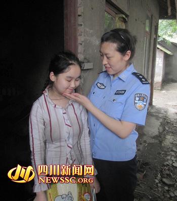 """7月26日,蒋敏和""""党员服务队""""同事们一起来到土门社区看望慰问困难群众家庭"""