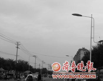 余姚一小区路灯不亮3年多 居民自己从自家接线照明