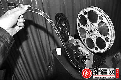 影院曾经使用的老式电影放映机及胶片.(资料图片)