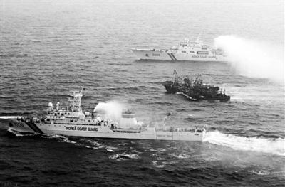 """2010年12月22日,中国多艘渔船用绳索捆绑在一起组成船队,在黄海水域靠近韩国一侧与韩国海警发生冲突。资料图片src=""""http://y0.ifengimg.com/news_spider/dci_2012/10/7e7769f2f0ae57c58db060c8271abf8b.jpg"""""""