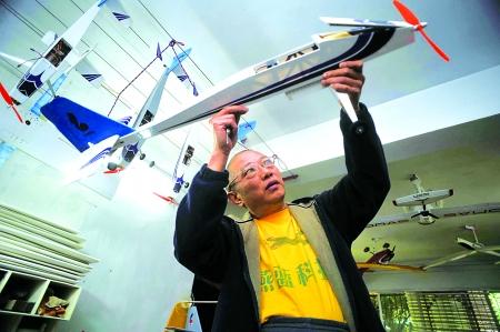 李克仁在工作室制作航模飞机,沉迷于造机的乐趣之中.