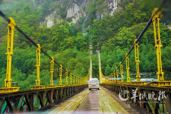 ▲排龙天险的通麦大桥-川藏线绵延2000公里的派对图片