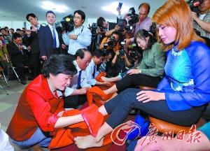 朴槿惠帮人洗脚拉选票