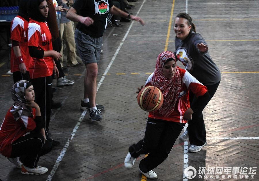阿富汗女生在打篮球