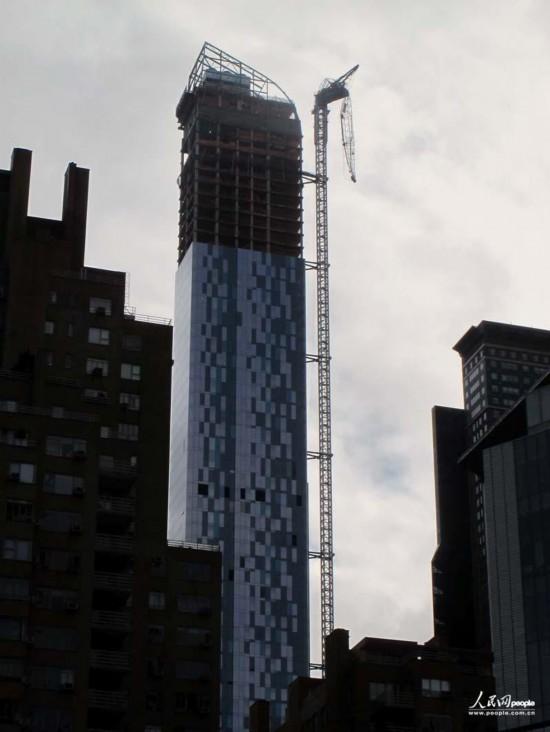 one57大楼折断的吊长成为新奇观。人民网记者任建民摄