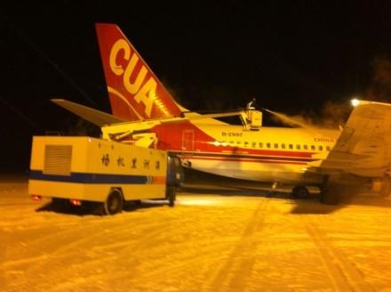 满洲里突袭暴雪 机场为飞机和旅客排忧解难