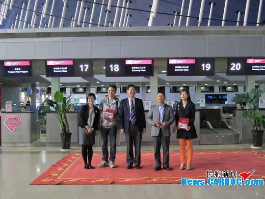 我来说两句(0)    图1:2012年11月9日,吉祥航空开通上海普吉岛航线领导和首航机组合影纪念 民航资源网2012年11月9日消息:2012年11月9日,上海泰国普吉岛首航正式开航,又一条亚洲国际航线正式顺利通航。届时上海吉祥航空有限公司(Shanghai Juneyao Airlines Co.,Ltd.,简称吉祥航空)飞机总数将达29架。 据了解,吉祥航空11月9日开通中国上海泰国普吉定期国际航线,计划每周四班往返。这是吉祥航空开辟的首条国际航线,将为中国游客前往普吉岛休闲旅游提供更多