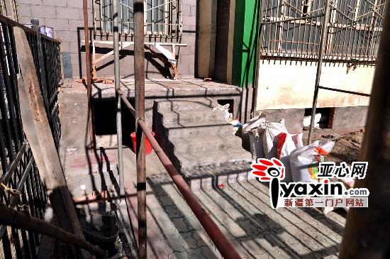 图为,11月6日,21号楼401住户的改造还没有完全完工。 亚心网实习生 金峤 摄 记者来到该小区看到,21号楼有四个单元,一楼有8家住户,每家门外均有一个小花园,四单元101室的花园内用水泥砌成一个50厘米高的空间,内部紧贴地基挖成约1米深的菜窖,而三单元最外侧的地下室旁出现了一个宽约半米、深约2米的菜窖。此外,在该楼栋4单元601室复式住宅中,户主在楼顶原有的住宅上增盖了一间砖混结构的房屋。 记者从该小区悦和佳城物业公司了解到,该小区建于2007年,21号楼一楼住户均附赠一个私人花园,每单元的顶楼