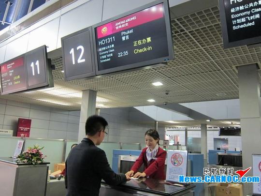 图2:给吉祥航空首航普吉岛的旅客办理登机牌。 普吉岛位于泰国南部,属热带潮湿气候,以其迷人的风光和丰富的旅游资源被称为安达曼海上的一颗明珠,盛产各种热带水果。普吉岛是中国游客的热门出游地,每年11月到翌年4月更是普吉岛及周边岛屿的旅游旺季。吉祥航空正是看中此契机开通上海-普吉岛航线,希望以优质的服务给国内游客提供更多样化的出行选择。 为庆祝开通普吉航线,在开航初期,吉祥航空特别推出了往返最低2500元起(不含燃油税费等)的特惠机票价格。此外,吉祥航空会员乘机出行还将获得30%的额外奖励积分。