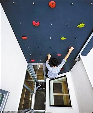 家里装块攀岩墙 手脚并用上下楼