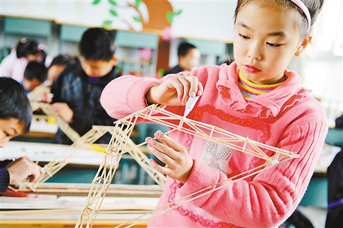 """幻彩遥控飞机,木结构承重制作等项目的比赛,让学生们过足了""""科技瘾"""""""
