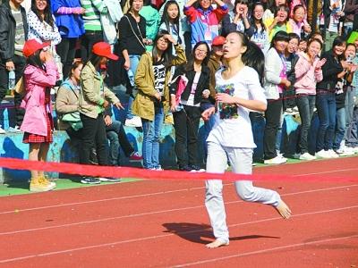 中学女生赤脚上体育课