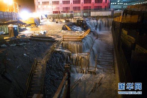 """当地时间2012年10月29日,美国纽约,飓风""""桑迪""""来袭,世贸中心建筑工地被海水淹没。"""