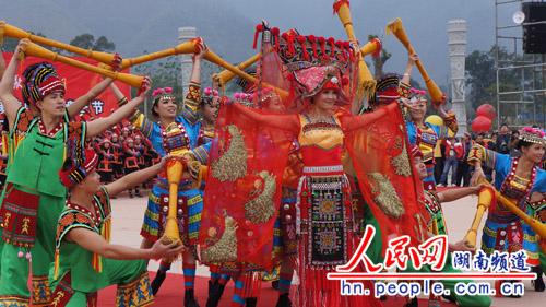 各县区瑶族同胞载歌载舞 欢庆盘王节