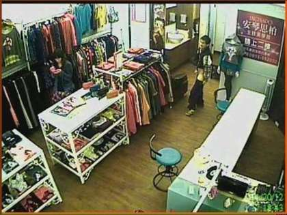 女店员淡定玩手机。图片来自台媒