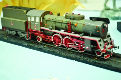 q版娃娃和小火车都是用纸做的