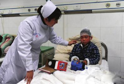 受伤儿童在医院接受治疗。