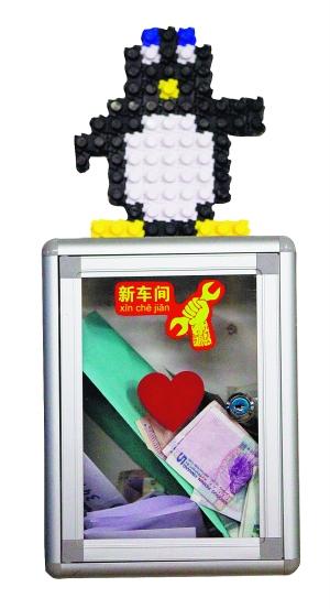 原标题:一场由创客们定义的造物运动    小机器人,它的轮子是用瓶盖做的。    创客神器3D打印机     脑电波控制飞行球    在新车间有个钱箱,创客在选取材料后,会自觉将钱投入这个箱子。    人脸识别系统的摄像头  B1 早报记者 蔡晓玮 张浩才从美国回到杭州,他的脑电波控制飞行球项目刚在kickstarter网站上完成了一万美元启动资金的募集。在微博上,这一神奇的飞行球的视频被反复转发。在此之前,热衷DIY和机器人制作的他辞去了果壳网编辑一职,在美国旧金山湾区的创客空间呆了几个月