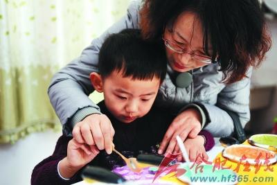 一对母子在制作手工巧克力. 晨报记者 高博 实习生 温沁 摄