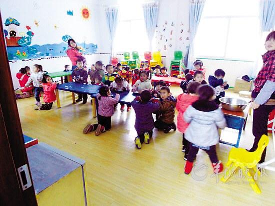 湖北一幼儿园孩子跪着吃饭