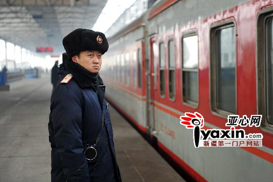 大衣帽子皮手套乌鲁木齐火车站站务员寒风中一站9小时