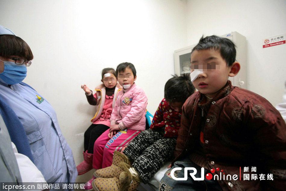 2012年12月24日,昌平七里渠南村,蓝天幼儿园内锅炉房发生爆炸事故,导致五名孩子受伤。图为五名受伤儿童在儿童医院接受治疗。